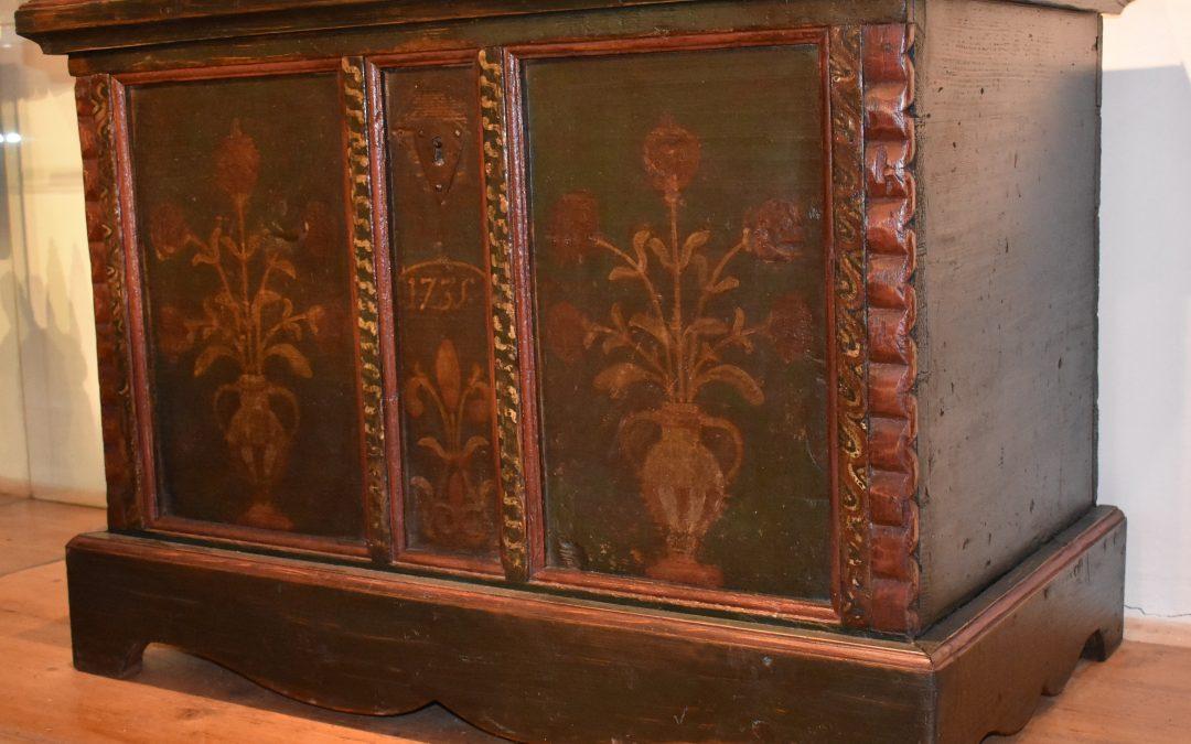 Výjimečná kolekce malovaného lidového nábytku v lomnickém muzeu