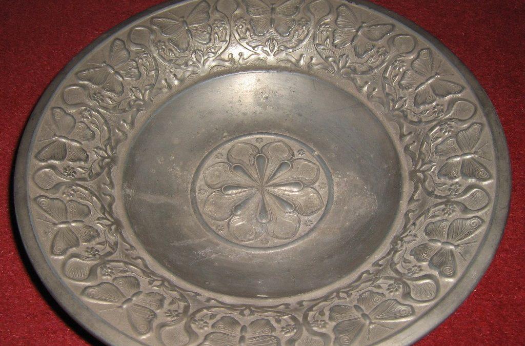 Z muzejních vitrín a depozitářů – talíř motejlník